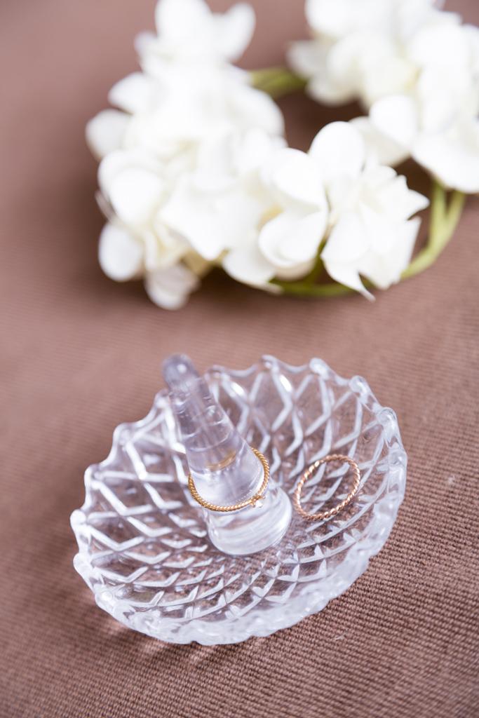 結婚指輪と綺麗な白い花のクラウン