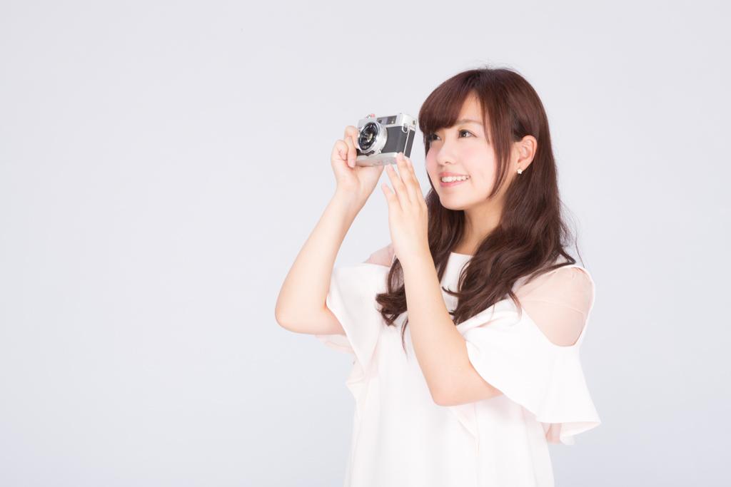 フイルムカメラで撮影女子