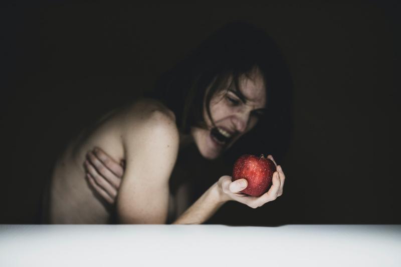 りんごを持って叫ぶ女性