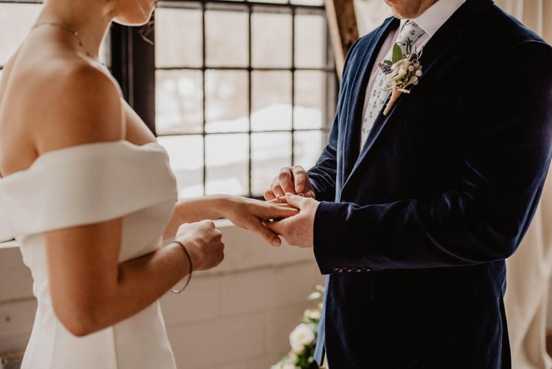 結婚式で指輪の交換をする新郎新婦