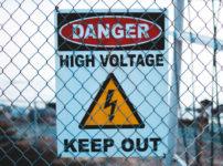 高電圧注意の看板