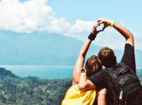 山の中で手でハートを作るカップル