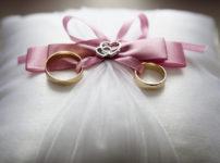 二つの結婚指輪が置かれたクッション