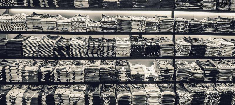 たくさんのチェック柄のシャツが陳列された商品棚