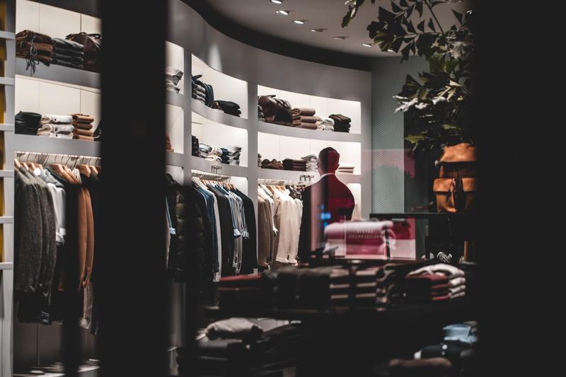 フォーマルで落ち着いた雰囲気のアパレルショップで買い物をする男性
