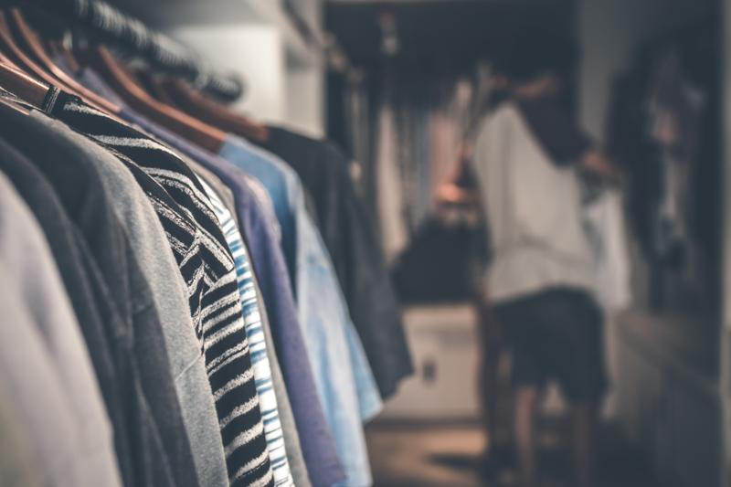 商品のシャツが並ぶアパレルショップ