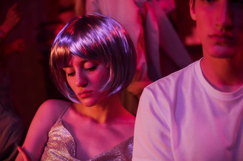 派手なウィッグをつけてドレスで着飾る女性とシャツ姿の男性