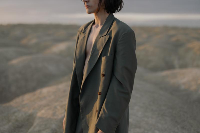 ジャケットを肌着なしで着ている男性
