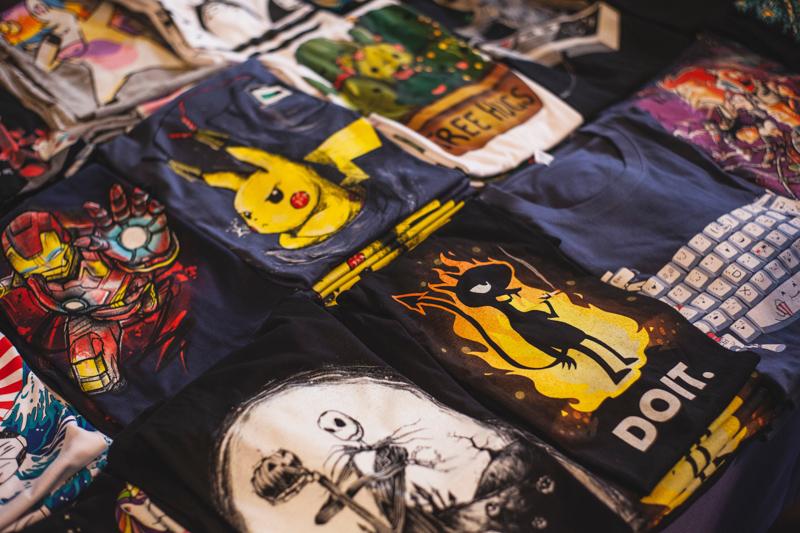 陳列されている奇抜なプリント柄のTシャツ