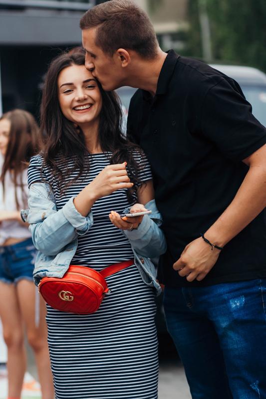 女性の額ににキスする男性