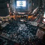 渋谷スクランブル交差点を行き交う傘をさした人々