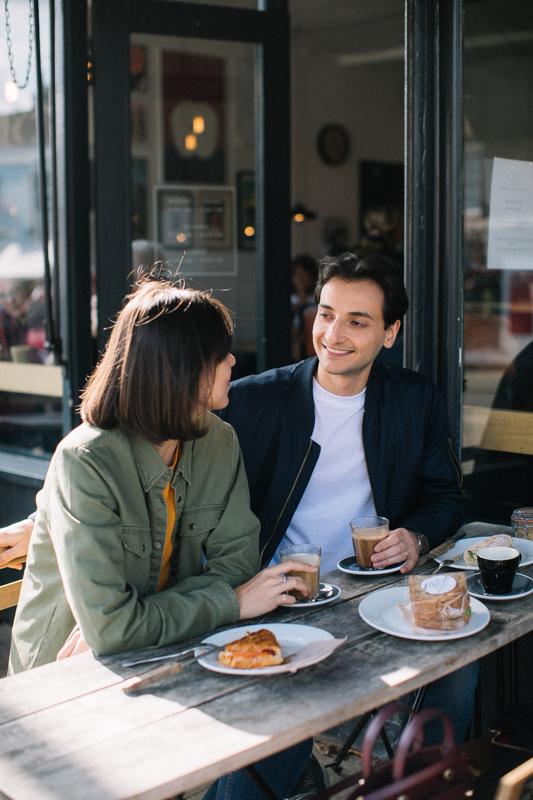 ランチデートで語り合いながら見つめ合うカップル