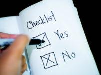 ノートにYESとNOが書かれたチェックリスト