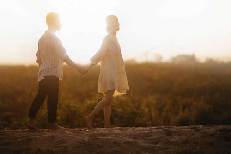 男性の手を引き前を歩く女性